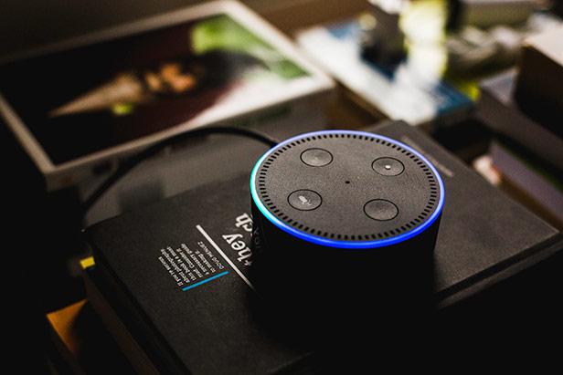 Amazon Echo Dot auf einem schwarzen Buch