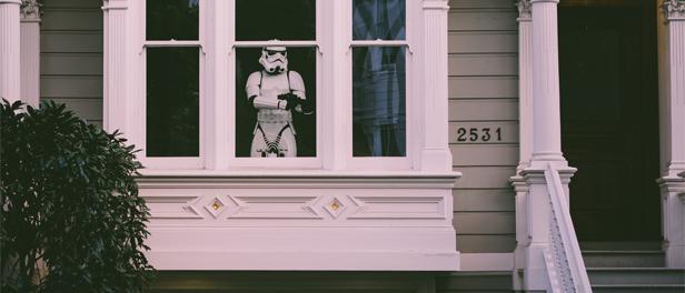 Stormtrooper aus Star Wars, der an einem Fenster steht