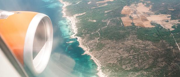 Aussicht aus dem Flugzeug Fenster auf die Küste von Mallorca