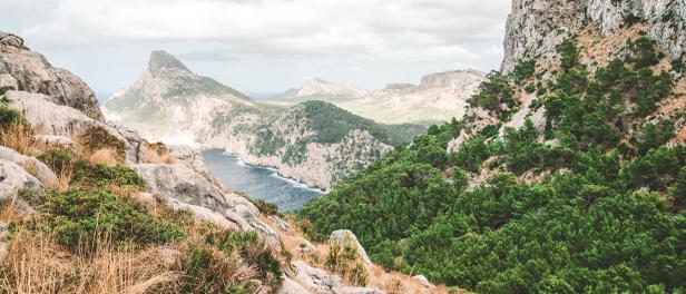 Aussicht auf die Berge am Aussichtspunkt Es Colomer