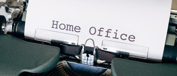 Home Office auf einem weißen Blatt Papier, das noch in der Schreibmaschine steckt